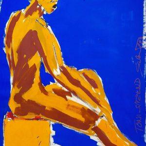 Salomé Toni sitzend maennlicher Akt orange gelb auf blauem Hintergrund